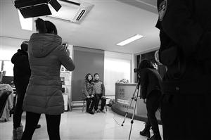 在海曙区民政局,两人如愿拍了结婚照 通讯员 摄