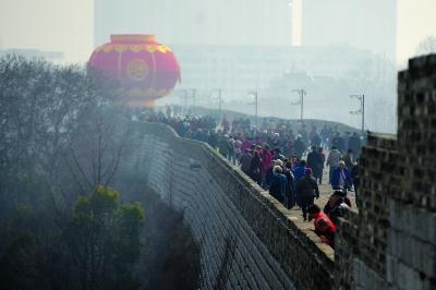 去年春节期间市民登上中华门城堡