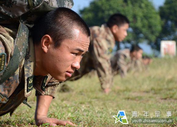 樊特�背着背囊练习俯卧撑。
