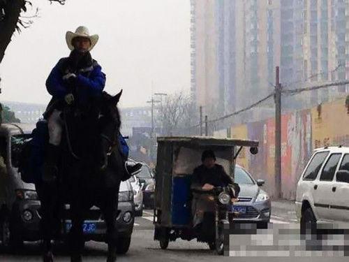 """骑马回家_""""马上""""到家 成都男子因买不到车票骑马回家-搜狐苏州"""