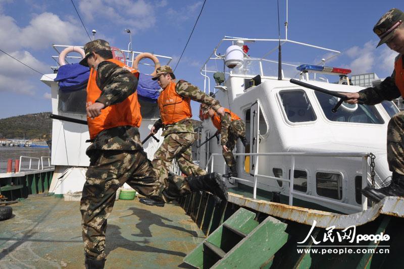 官兵们正在开展海上大练兵活动。
