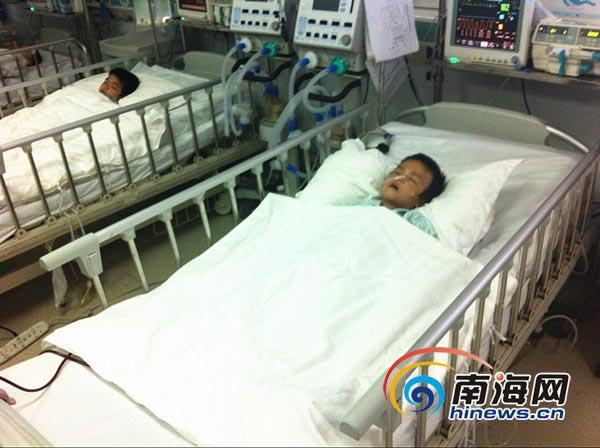 患者孩子的妈妈在病房外无助地哭泣