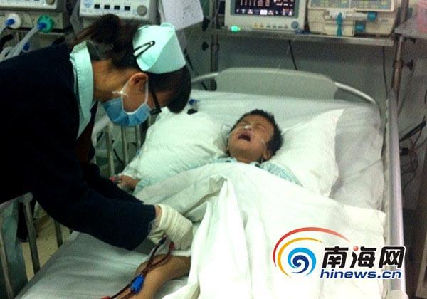 医院护士帮中毒的孩子做身体检查(南海网记者 陈望 摄)