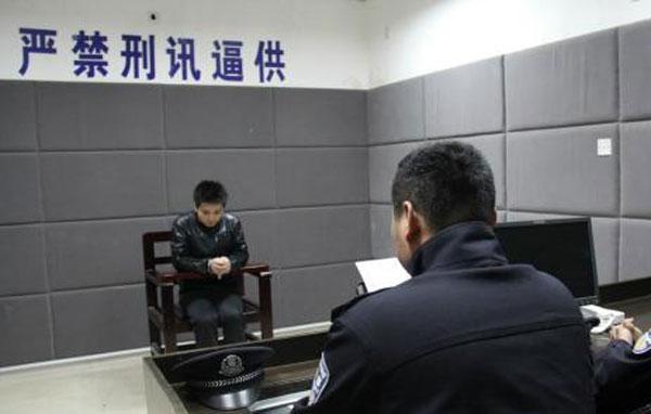 民警在审讯犯罪嫌疑人欧某。