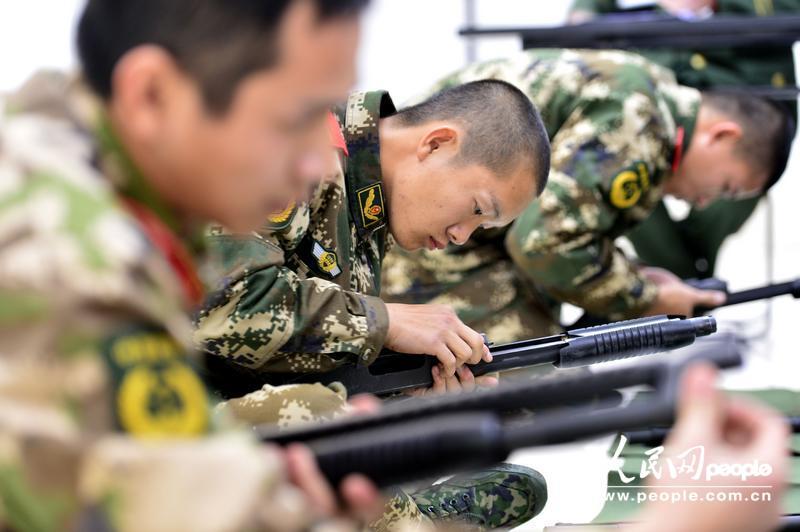 战士们正在进行可视条件下的枪械折装结合竞赛。