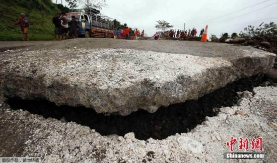 当地时间1月18日,菲律宾棉兰老岛,暴雨引发泥石流与山体滑坡。菲律宾官员表示,大雨引发洪灾和泥石流灾害,死亡人数已经上升至37人,超30万人撤离。