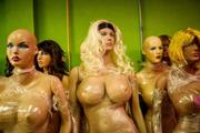 整容店摆巨乳模特引顾客