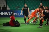 图文:世界男曲联赛荷兰夺冠 门前拼抢