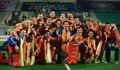 图文:世界男曲联赛荷兰夺冠 合影庆祝胜利