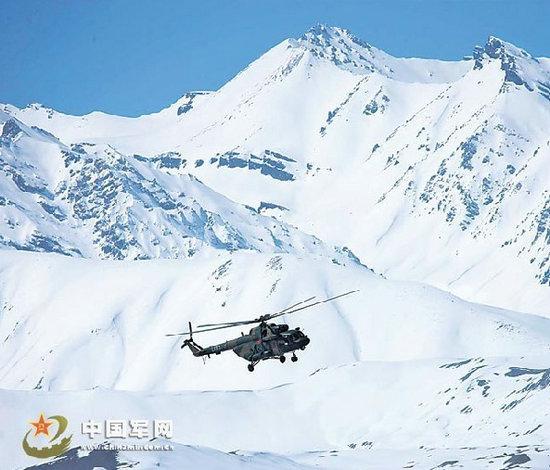 原文配图:直升机在雪域高原巡逻。
