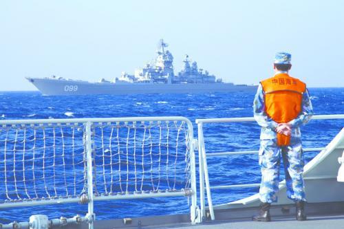 """盐城舰与俄""""彼得大帝""""号巡洋舰结伴而行。"""