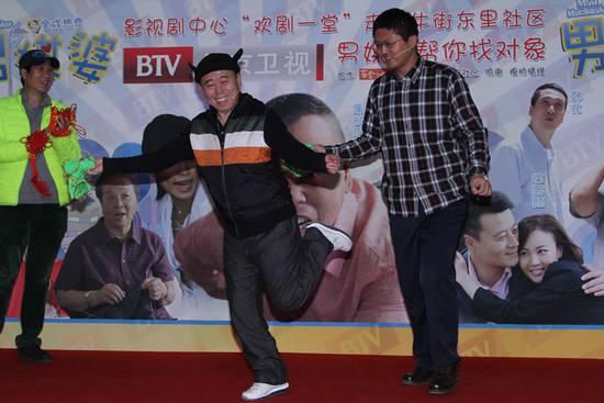 潘长江和嘉宾互动扭秧歌