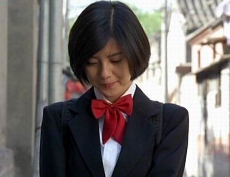 很少能看到高圆圆这么腼腆的样子。穿着深色的校服,理着标准的学生妹发型,胸前还佩戴了大红的领结,高圆圆略带羞涩的表情看起来是如此的美丽动人。