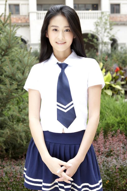 """颖儿一直都以可爱清新的形象出现在大家面前,甚至被网友们亲切的封为""""萌神""""。穿上海蓝色学生制服,颖儿清理的脱俗更被衬托出来,非常美。"""