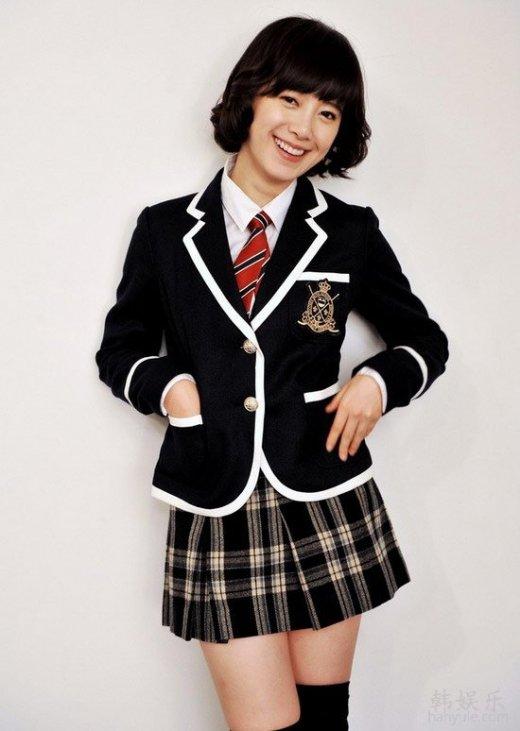 AngelaBaby2010年正值嫩模AngelaBaby的二十一岁生日,身穿水手制服亮相的她被指造型抄袭张柏芝。