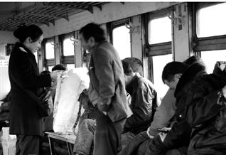 一路上,绝大多数乘客都是上了火车才买票。