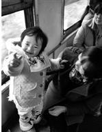 妈妈带着兰兰去乡下看姥姥,车站就在姥姥家门口。