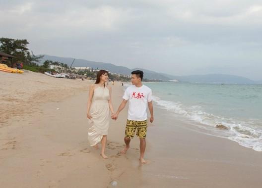 郜林与性感性感嬉戏王晨穿连衣裙秀大脑沙滩的时代身材爱妻2015图片