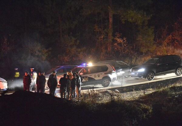 2014年1月13日,警察在贵州省凯里市龙场镇老山村事故现场附近进行现场控制。