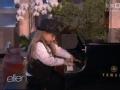 《艾伦秀第11季片花》S11E84 7岁神童欢乐弹钢琴指法娴熟优雅