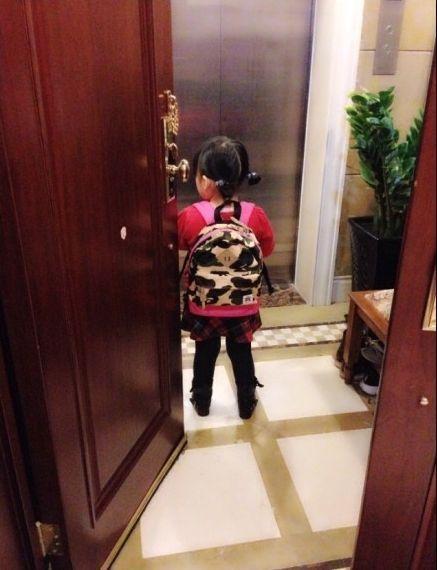 王诗龄扎小辫背书包上学 背影可爱-搜狐娱乐
