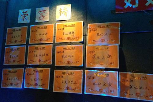 黄海波亲自为工作人员写奖状