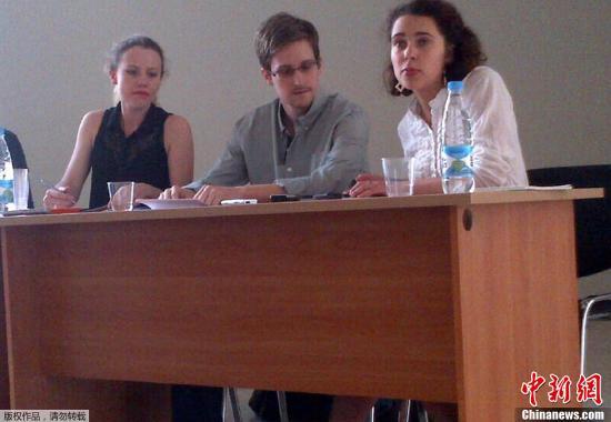 斯诺登2013年7月12日在莫斯科谢列梅捷沃机场与人权机构代表人士举行会谈。