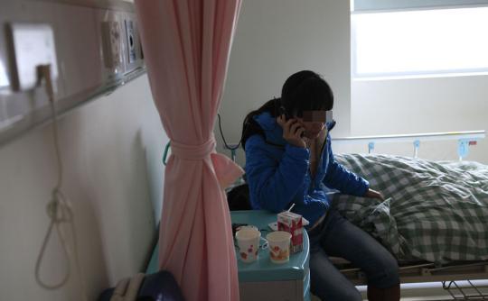 昨日,怀孕少女仍在东莞市某医院妇科单人间留医。13岁少女蜷缩病床上时而瑟瑟发抖