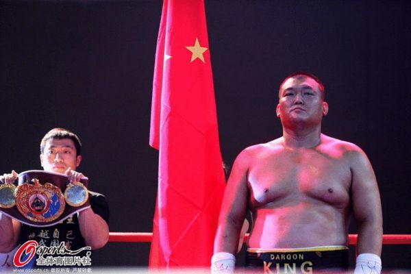 张君龙KO印尼选手夺金腰带 拳台霸气