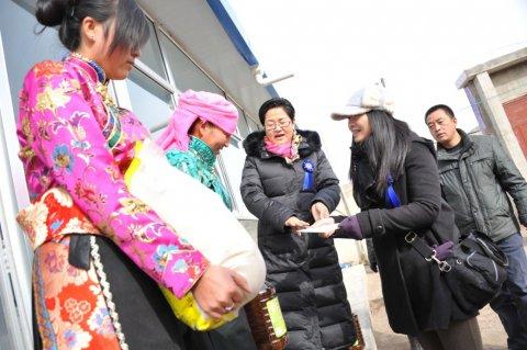 入户慰问藏族抓喜秀龙乡贫困妇女家庭