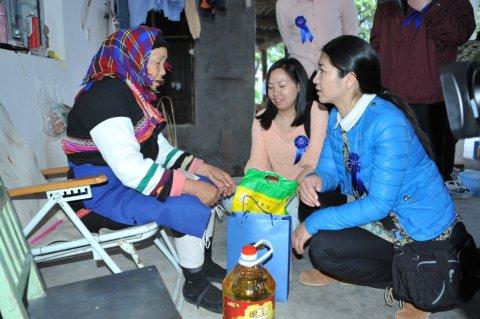 在云南玉溪嘎洒镇傣族村入户慰问贫困妇女家庭