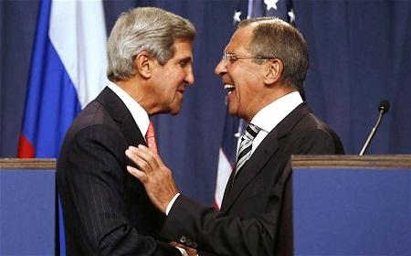 资料图:美国国务卿克里(左)与俄罗斯外长拉夫罗夫