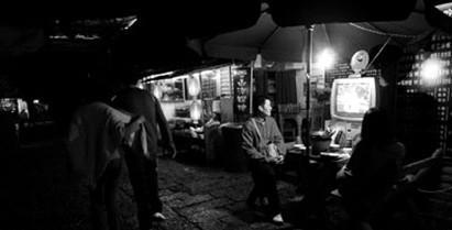 夜色下的丽江大研古城依然热闹