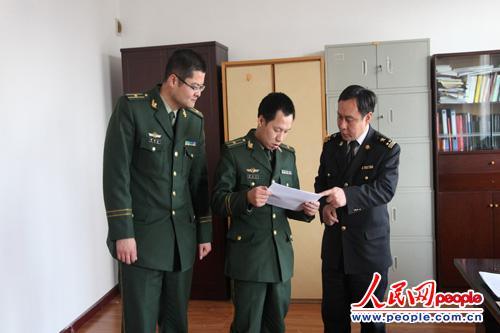 图为三峡机场边检站向宜昌海关了解宜昌国际货运情况