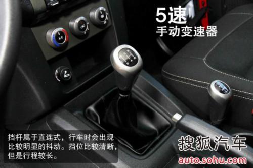 发动机舱内布局比较杂乱,不过上部大面积的隔音棉还是很厚道的。北京40的进气口位置比较高,基本与发动机舱盖同高,加上较高的底盘高度,所以这样的设计会给它带来很不错的涉水基础。