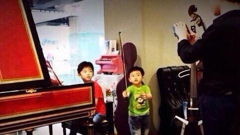 Lucas和小Q兄弟俩一起逛乐器行。【点击查看组图】