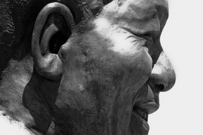 南非比勒陀利亚,联合大厦前的南非前总统曼德拉雕像耳朵里藏着一只小铜兔。图/CFP