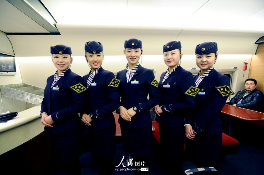青岛90后美女列车长 春运里的五朵金花组图