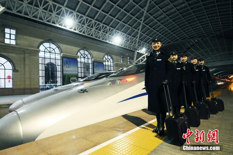 2014年1月22日,青岛,火车站站台,即将发出的d332动车组.王海滨 摄