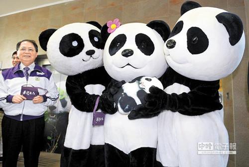 """台湾清华大学校长陈力俊(左)23日颁赠3张""""学生证""""给团团、圆圆和圆仔,团圆一家三口都免试入学成清大生。(图自台湾《中国时报》)"""