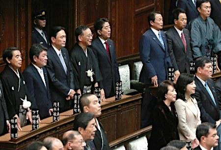 原文配图:日本首相安倍晋三等相关政府官员出席国会众议院全体会议。