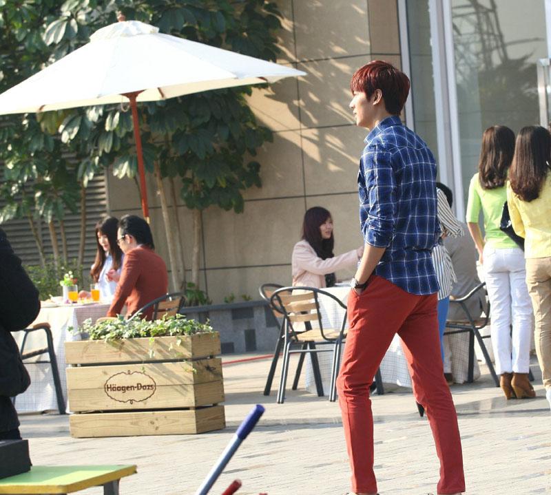 以紧身红裤子搭配蓝色格子衬衫