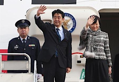 辛格 日本/日本首相安倍晋三和夫人安倍昭惠于25日上午搭乘专机前往印度...