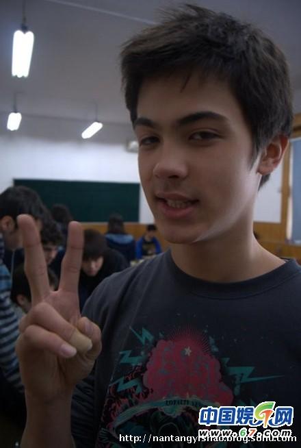 韦唯三个混血儿子私房近照曝光 二儿子韦紫瑞(Remo)今年16岁,在三个儿子中最为英俊帅气
