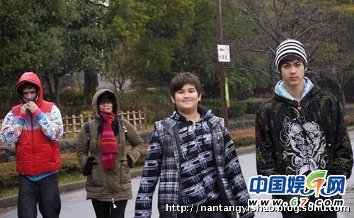 韦唯三个帅儿子助阵《歌手》 混血基因帅爆抢镜