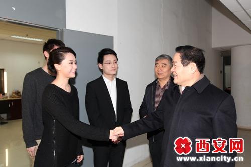 魏民洲看望慰问西安广播电视台一线员工(组图