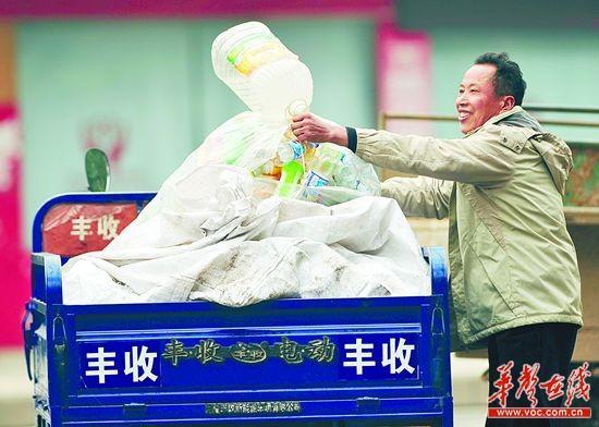 只要不下雨,老朱每天都要走街串巷收垃圾。