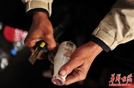 每天约9000个塑料瓶,得用手刮掉包装纸并分类,老朱和爱人刘建英两手布满老茧。