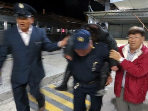 """抢救乘客急中生""""力"""" 台湾铁警背人狂奔500米"""