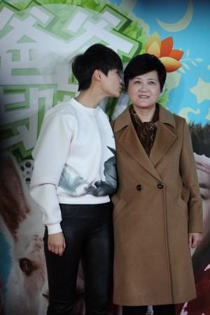 李宇春献吻母亲